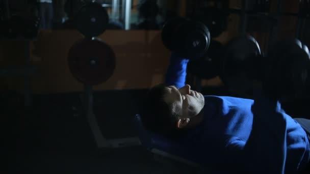Bench činka se vleže na lavici, trénink svalů hrudníku