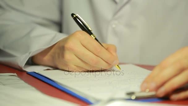Männliche Hand in weißem Laborkittel Schreibstift in den Dokumenten.