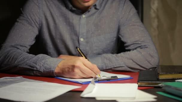 Mans kézi írás toll papírmunka. üzleti stílus