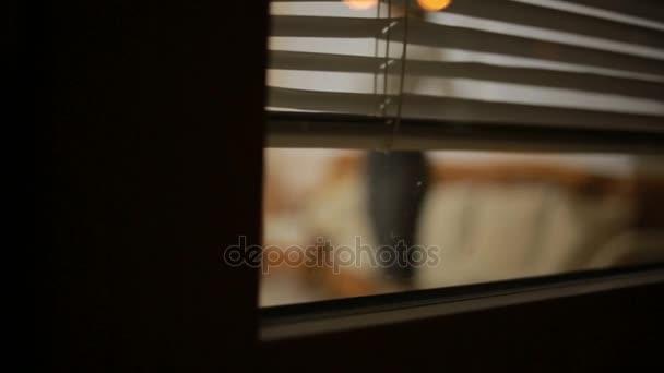 někdo špehovat holku z ulice skrz okna rolety. zločin