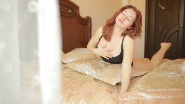 sexy Dessous Frau in schwarzer Spitze auf Bett. Tageslicht