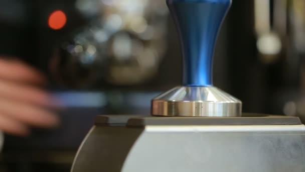 Barista készít egy kávézó-bár, kávé szemes kávé