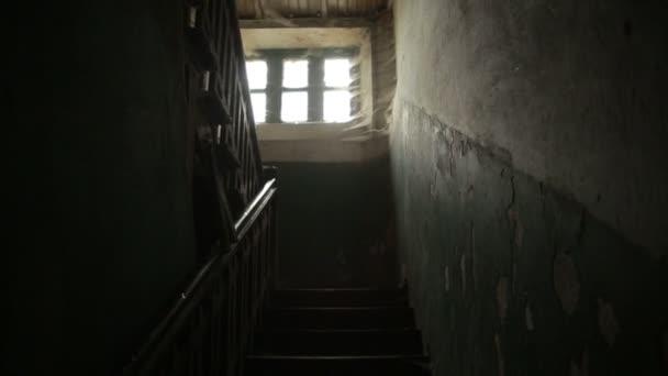 De verschrikkelijke oude griezelig ramen van het oude huis zijn