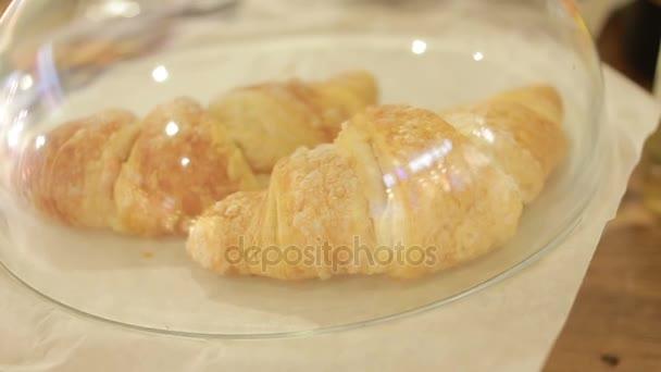 Croissant, a kirakatba üveg fedele alatt. Desszertek kávézó