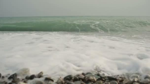 příboj moře. vlny běží na pobřeží oblázkové