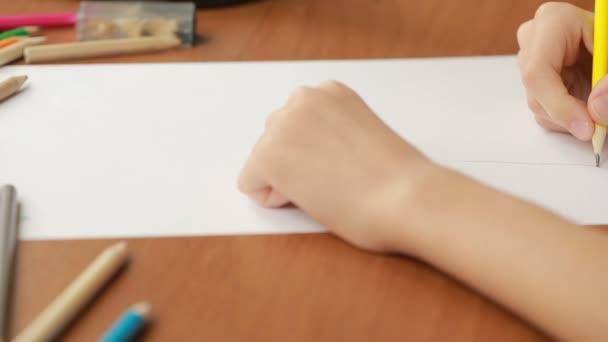 A gyerek ilyenkor lerajzol, ceruza. közeli kép: