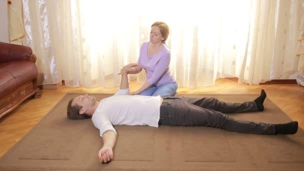 Eine Sitzung der körperlich orientierten Psychotherapie. Psychologin