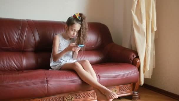 Ezzel a smartphone otthon a kanapén selfie kislány