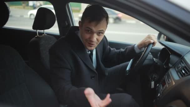 Egy üzletember ül a volánnál, az autó, és beszél, hogy valaki az utcán, hívogató vele. Mosolygós, barátságos