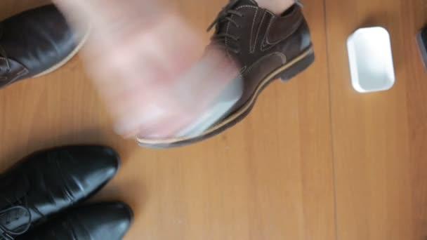 61aa88f5fd9538 Close-up van schoenen poetsen, zakenman schoonmaken schoen, leder materiaal–  stockvideo's