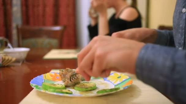 Muž jí steak doma v rodinném prostředí. detail