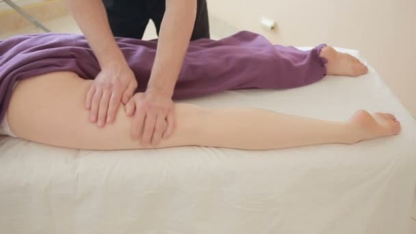 Видеоклипы женщина массажистка делает массаж женщине — pic 2
