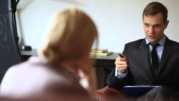 Konzultace s psychologem. Mužské psycholog konzultuje s ženou v depresi