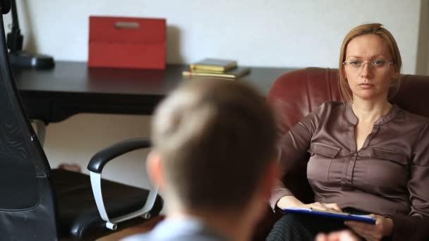 Konzultace s psychologem, ženské terapeut je konzultace pacienta s mužem s úzkostnou poruchou, psychopatie
