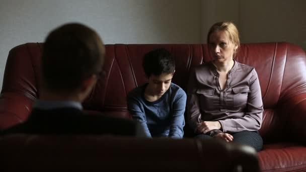Konzultace s psychologem. Mužské psycholog konzultuje s ženou a její dospívající syn, rodinné poradenství