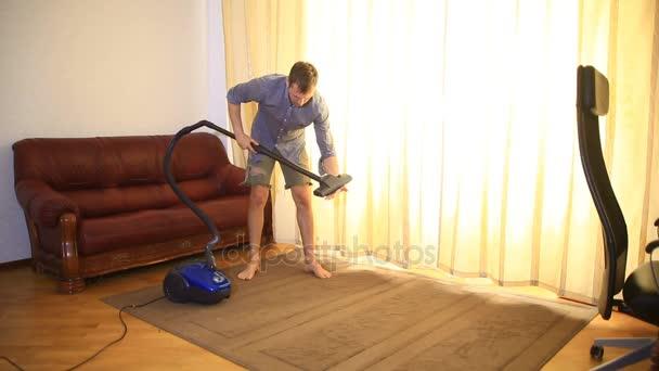 Muž, čištění pomocí vysavače, účinné. Vysavač koberec