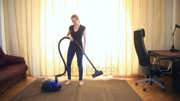 Frauen reinigen mit Staubsauger, effektiv. Staubsaugerteppich