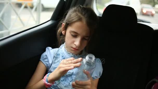 Holčičko, nudit v auto - při pohledu z okna oknem - pouliční reflexe