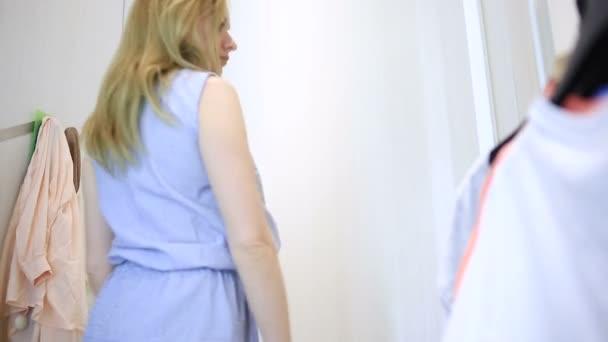 Голых баб в раздевалке магазина видео стала дала задницу