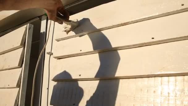 Man Malt Einen Pinsel Mit Weißer Farbe Eine Holzwand Auf Der Straße