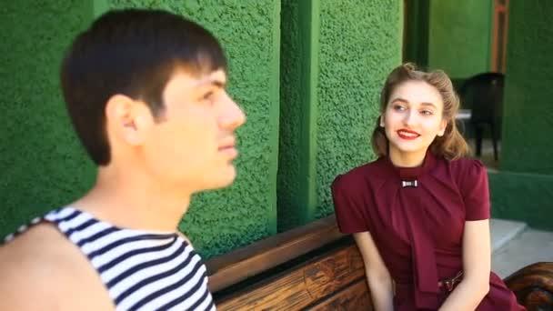 Muž a dívka v retro stylu vzájemně komunikovat na dálku
