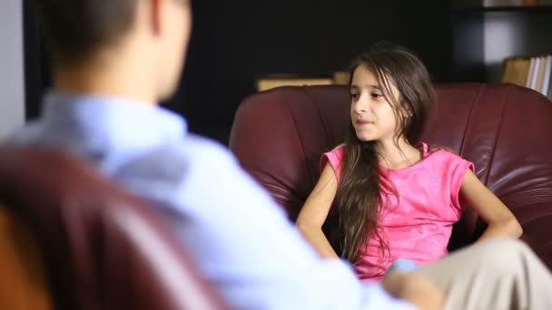 mužský terapeut provádí psychologické konzultace s teenager. Dospívající dívka na recepci s psychologem