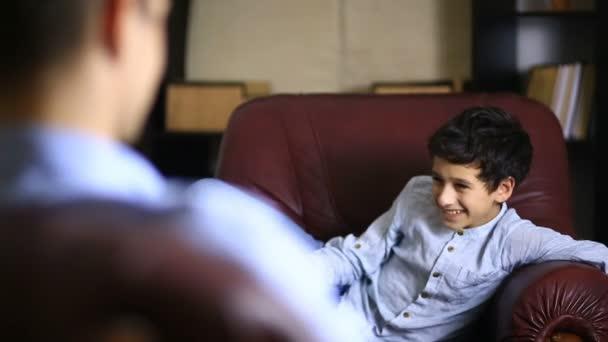 Mužský terapeut provádí psychologické konzultace s teenager. Chlapec dospívající na recepci psycholog