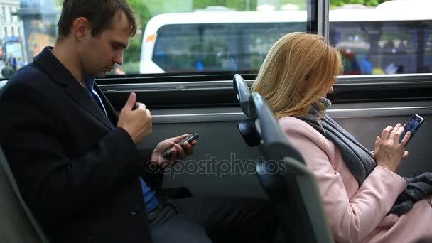 Férfi és nő utazás turisztikai városnéző busz, egy okos telefon