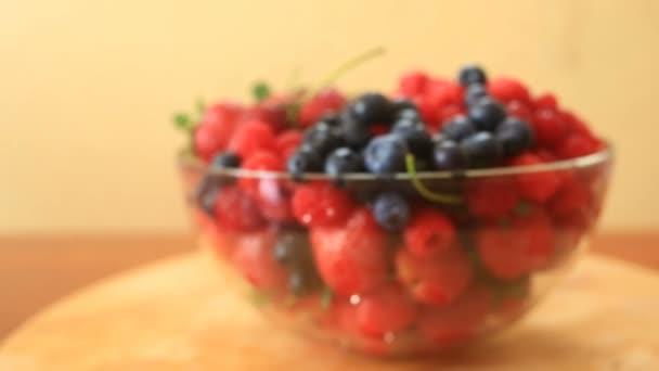 Parabola s borůvky, maliny a jahody detail