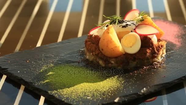 Jídla v restauraci gourmet. Detail. Forshmak s vejcem, sázené, Křepelčí vejce a zeleninu
