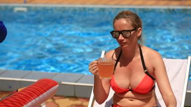 Dronken Pot Bellied Vrouw In Bikini En Zonnebril Bier Drinken Bij Het  Zwembad