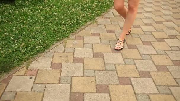 Cortos De Ciudad Calle Por Sandalias Plano UrbanaEn El Primer Pies Vista Y Pantalones La Centro Mujer Caminando SVpMGUqz