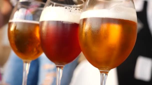 Sklenice na víno s alkoholem detail. Zpomalený pohyb. Ochutnávka piva