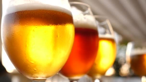 Borospohár alkohol közelről. Lassú mozgás. Kóstolj