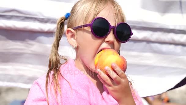 240998a4e876d Menina loira em óculos de sol