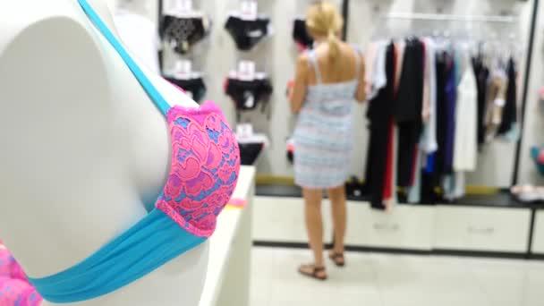 a63ff31dc Tienda de ropa interior para mujer. Tienda de bragas mujeres en ganchos en  un sexo