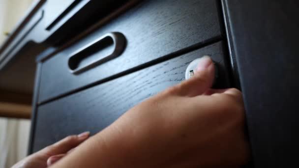 Ruka otevírá kódovaný zámek sejfu. 4 k. Zpomalený pohyb.