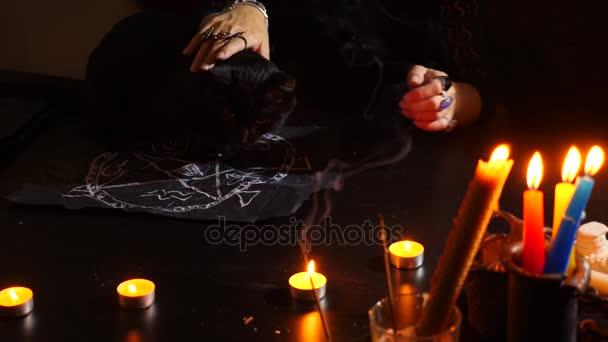 Čarodějnice je věštkyně s svíčky detail. Magický rituál. věštění. Halloween, 4k, pomalý pohyb