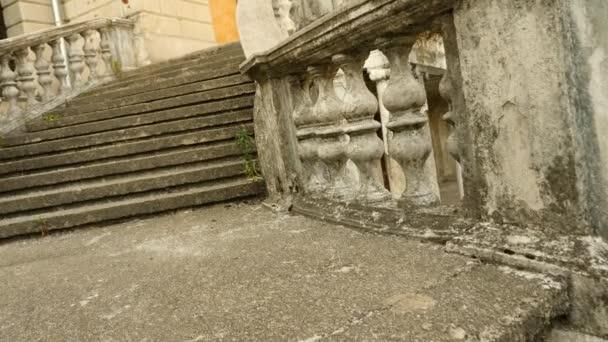 Vintage sloupky. Schodiště ze starého paláce, 4k, pomalý pohyb