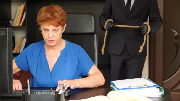 Seniorin unterschreibt Testament und Testament auf Schreibtisch die Person im Anzug hinter ihr bereitet einen Anschlag auf ihr Leben vor. 4k, Zeitlupe