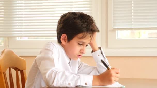 oktatás, az emberek és a tanulás fogalma - csoportja a hallgatók az írás notebook teszt az iskolában. 4 k. lassú mozgás