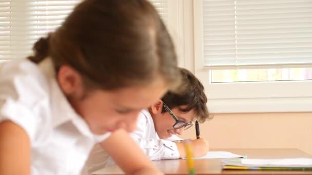 vzdělávání, lidé a koncept výuky - skupina studentů s notebooky psaní testu ve škole. 4 k. Zpomalený pohyb