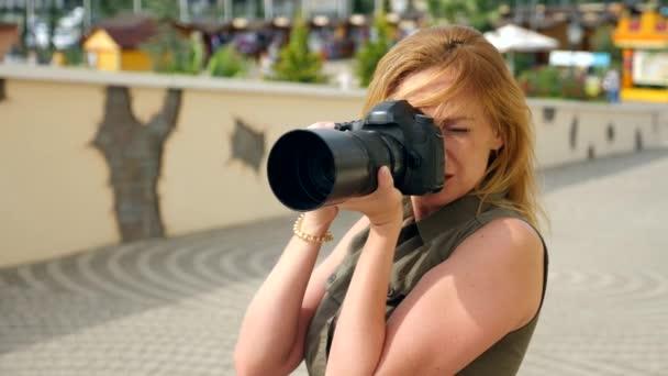 Detail samice fotograf fotit na ulici s pomocí profesionální fotoaparát. 4k, pomalý pohyb