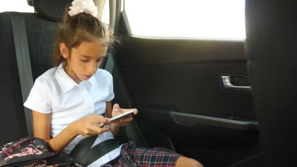 Malá holčička, vyhloubeného v auto - při pohledu z okna oknem - pouliční odraz, 4k, pomalý pohyb