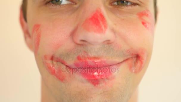 4 k. zpomaleně. Rtěnka na mans límec. portrét mladého muže. celá tvář je pokryta stopy polibky. On je šťastný.