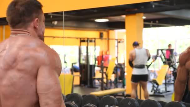 atlet kulturista se angažuje v tělocvičně. 4 k Zpomalený pohyb