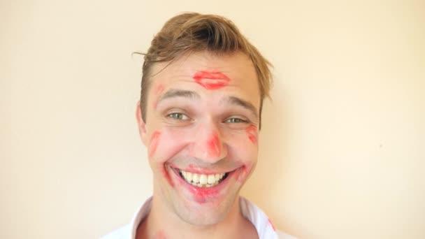 4 k. zpomaleně. Rtěnka na mans límec. portrét mladého muže. celá tvář je pokryta stopy polibky. On je šťastný