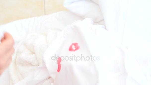 4 k. zpomaleně. Rtěnka na límec muže. manželka, mazání věci její manžel najde otisk někoho elses rtěnku na košili.
