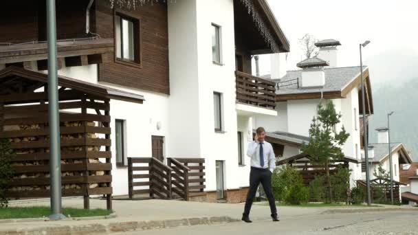 Bir Dağ Evi Bir Ev Dağlarda Bir Arka Plan üzerinde Iş Adamı 4