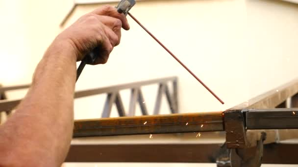 Průmyslové dělníky vysoko svařování na staveništi v pomalém pohybu ve dne. Jiskry létají jako jeden svářeč svařuje ocel. 4k